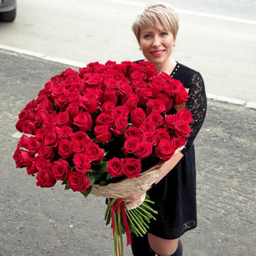 101 красная роза в крафте
