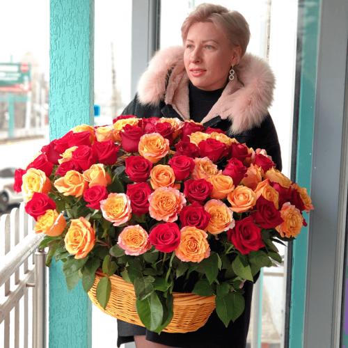 101 оранжево-красная роза в корзине