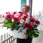 101 бело-красная роза в корзине