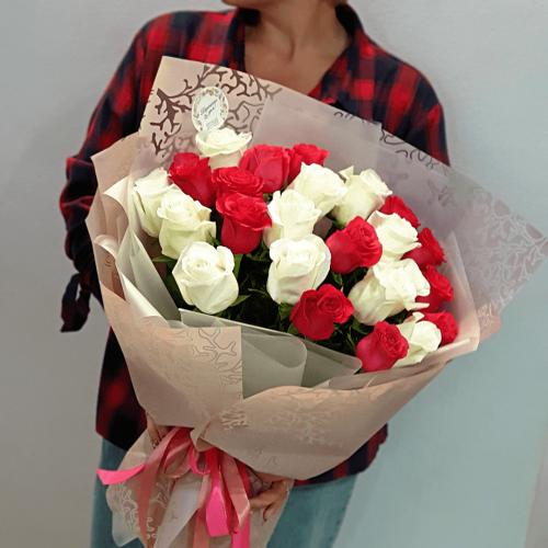 Букет из 21 красной и белой розы Винтаж