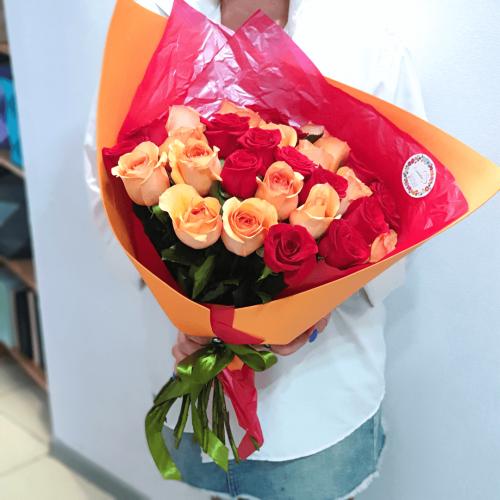 Букет из 25 красных и желтых роз