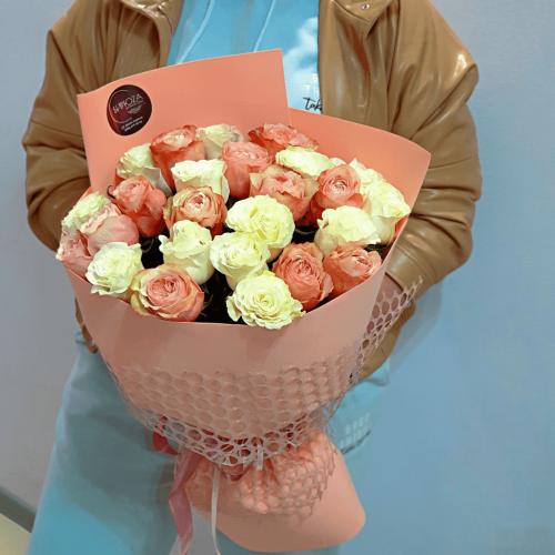 Букет из 25 белых и оранжевых пионовидных роз